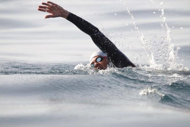 GRA103. TARIFA (CÁDIZ), 04/01/2017.- El nadador catalán David Meca, campeón del mundo de natación en larga distancia en tres ocasiones (1998, 2000 y 2005), al inicio esta mañana del intento de cruzar a nado el Estrecho de Gibraltar en lo que se ha convertido en su reto más querido. EFE/A.Carrasco Rage