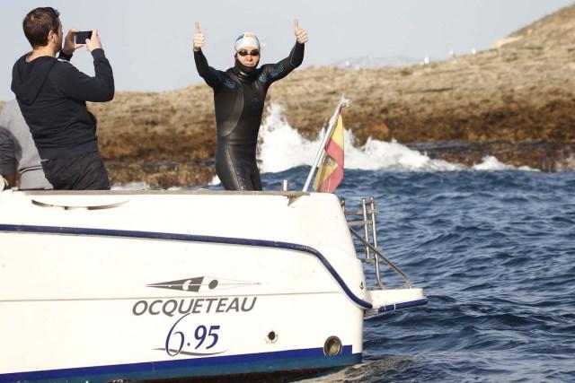 GRA104. TARIFA (CÁDIZ), 04/01/2017.- El nadador catalán David Meca, campeón del mundo de natación en larga distancia en tres ocasiones (1998, 2000 y 2005), momentos antes de intentar cruzar a nado esta mañana el Estrecho de Gibraltar en lo que se ha convertido en su reto más querido. EFE/A.Carrasco Ragel