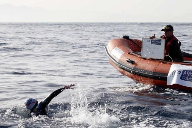GRA105. TARIFA (CÁDIZ), 04/01/2017.- El nadador catalán David Meca, campeón del mundo de natación en larga distancia en tres ocasiones (1998, 2000 y 2005), al inicio esta mañana del intento de cruzar a nado el Estrecho de Gibraltar en lo que se ha convertido en su reto más querido. EFE/A.Carrasco Rage