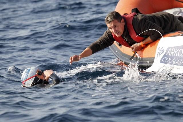 GRA106. TARIFA (CÁDIZ), 04/01/2017.- El nadador catalán David Meca, campeón del mundo de natación en larga distancia en tres ocasiones (1998, 2000 y 2005), bebe agua al inicio esta mañana del intento de cruzar a nado el Estrecho de Gibraltar en lo que se ha convertido en su reto más querido.EFE/A.Carrasco Ragel