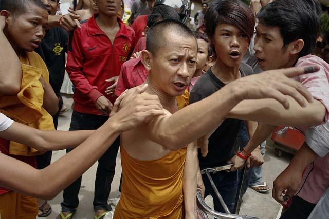 """Se considera un insulto grave señalar con el dedo a una persona, así como tocar la cabeza y el cabello de los camboyanos. """"Nunca jamás golpee a un niño en la cabeza. Esta sería la peor ofensa social que uno puede cometer"""". La cabeza para budistas es sagrada, puesto que es el asiento del alma."""