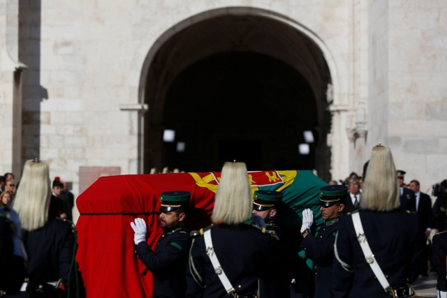 The coffin of Mario Soares, former President and Prime Minister of Portugal, is carried by army personnel upon his arrival at the Monastery of Jeronimos in Lisbon, Portugal, January 9, 2017. REUTERS/Pedro Nunes EDITORIAL USE ONLY. NO RESALES. NO ARCHIVE.