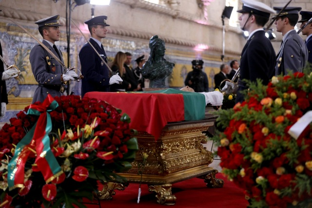 The coffin of Mario Soares, former President and Prime Minister of Portugal, is guarded by army personnel at Jeronimos Monastery in Lisbon, Portugal January 9, 2017. REUTERS/Antonio Cotrim/POOL