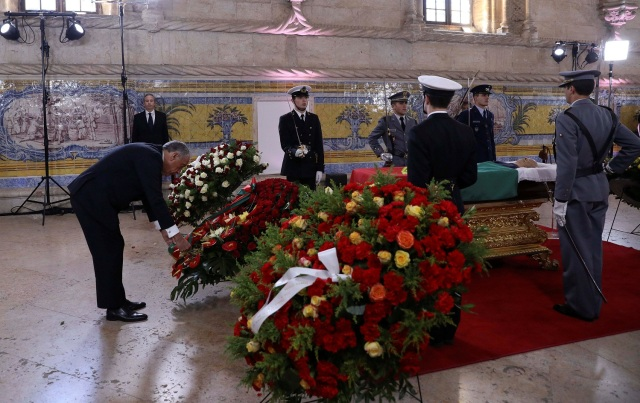 Portugal's President Marcelo Rebelo de Sousa presents a wreath at the coffin of Mario Soares, former President and Prime Minister of Portugal, at Jeronimos Monastery in Lisbon, Portugal January 9, 2017. REUTERS/Antonio Cotrim/POOL