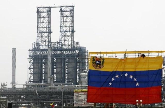 Imagen de archivo del terminal de Jose en Barcelona, Venezuela, mayo 1, 2007. Los despachos desde uno de los tres muelles del terminal de Jose, el principal puerto exportador de petróleo de Venezuela, fueron detenidos por un derrame de crudo ocurrido mientras era cargado un tanquero que iba a India, informaron el martes a Reuters fuentes sindicales y agentes navieros. REUTERS/Jorge Silva (VENEZUELA)