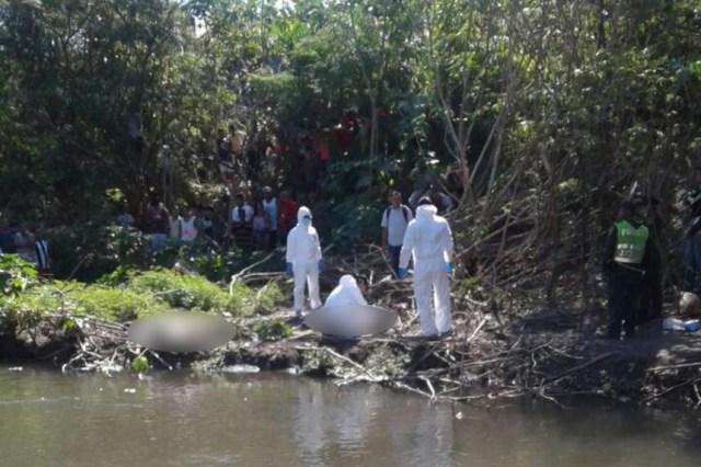 Los funcionarios policiales realizaron el levantamiento de los cadáveres. | Foto Cortesía. El Heraldo José Puente.