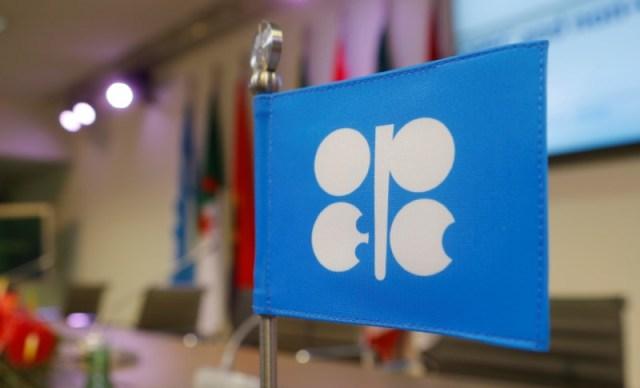 Un comité de países de la OPEP y otros que no pertenecen a la organización, encargado de supervisar el cumplimiento de un acuerdo global para reducir la producción de petróleo, se reunirá por primera vez en Viena el domingo. En a imagen, una bandera con el logo de la OPEP antes de la reunión en Viena, Austria, 10 de diciembre de REUTERS/Heinz-Peter Bader