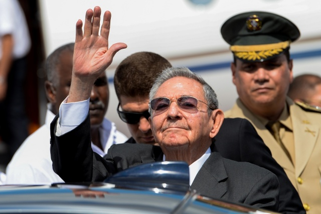 Cuban President Raul Castro waves as he arrives to attend the fifth summit of the Community of Latin American and Caribbean States (CELAC), at the Barcelo Bavaro Convention Center in Bavaro, Dominican Republic, on January 24, 2017. / AFP PHOTO / FEDERICO PARRA