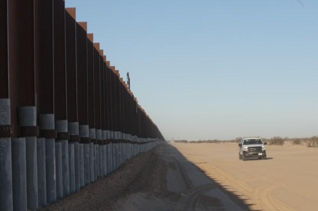 SHM25. SAN LUIS (AZ, EE.UU.), 27/1/2017.- Fotografía de la antigua valla que marca la frontera de México con la ciudad de San Luis (Arizona), en Estados Unidos, este viernes 27 de enero de 2017. La Casa Blanca evitó hoy confirmar si los presidentes de EE.UU., Donald Trump, y de México, Enrique Peña Nieto, acordaron durante su conversación telefónica no volver a hablar públicamente sobre quién pagará por el muro en la frontera. EFE/Gary Williams