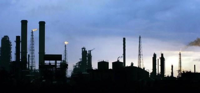 La foto de archivo muestra una vista de la refinería Amuay, en Venezuela. El Centro de Refinación Paraguaná (CRP), el más grande de Venezuela, operaba el fin de semana a un 42 por ciento de su capacidad de 955.000 barriles por día (bpd), informó un líder sindical, citando un documento interno de la estatal Petróleos de Venezuela (PDVSA). REUTERS/Jorge Silva