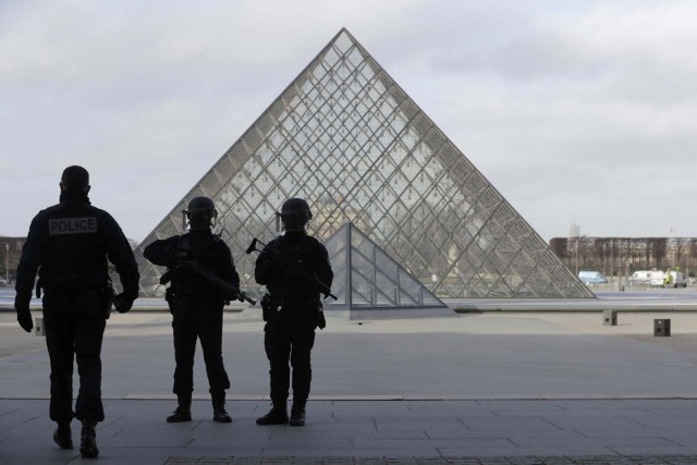 French police secure the site near the Louvre Pyramid in Paris, France, February 3, 2017 after a French soldier shot and wounded a man armed with a knife after he tried to enter the Louvre museum in central Paris carrying a suitcase, police sources said. REUTERS/Christian Hartmann TPX IMAGES OF THE DAY