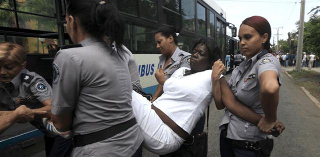 Agentes del régimen castrista detienen a una intregrante de Damas de Blanco