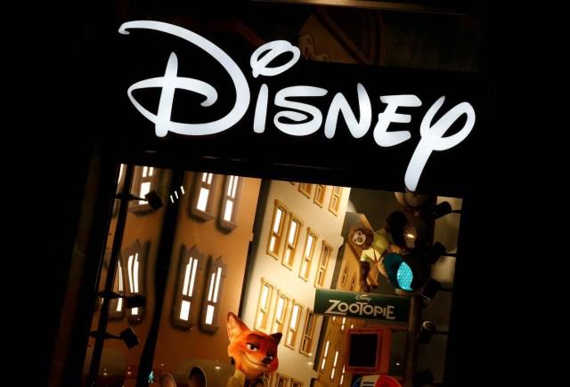"""Imagen de archivo. el logo de Disney en una de sus tiendas en París, Francia. 3 de marzo 2016. Walt Disney Co reportó el martes ventas menores a las esperadas por ingresos de publicidad más bajos de su cadena ESPN y una base de comparación muy alta en su negocio de cine, que el año pasado se benefició del estreno de """"La Guerra de las Galaxias: El despertar de la fuerza"""".  REUTERS/Jacky Naegelen/File Photo"""