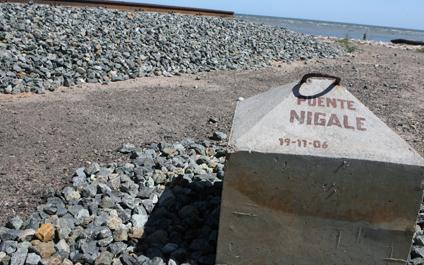 Los comunicadores sociales tomaban fotografías y videos de la construcción ubicada en el municipio Mara, del estado Zulia. (Foto: Tarquino Díaz)