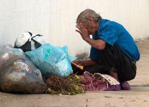 La gente ya no busca alimentos en Mercal sino en la basura