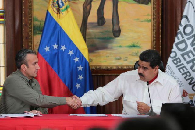 El presidente de Venezuela, Nicolás Maduro, a la derecha, estrecha la mano de Tareck el Aissami, vicepresidente del país, durante un acto el 14 de febrero. Maduro ha desestimado las acusaciones de narcotráfico contra El Aissami y pidió la salida de CNN de Venezuela. (Foto Palacio de Miraflores)