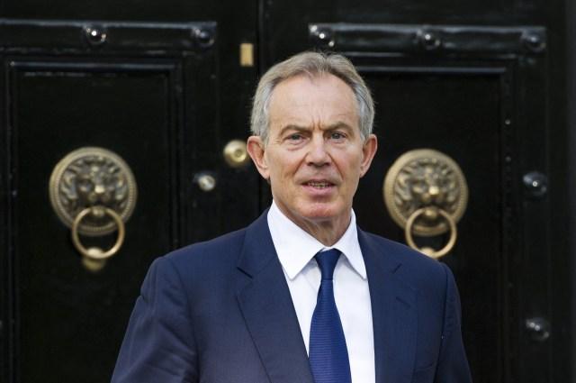 """FMA002 LONDRES (REINO UNIDO) 17/02/2017.- Fotografía de archivo tomada del 28 de mayo de 2012 que muestra al expresidente británico Tony Blair salir de su casa hacia los Reales Tribunales de Justicia para aportar evidencias en el caso Leveson en Londres (Reino Unido). Blair entró hoy, 17 de febrero de 2017, en el debate sobre el """"brexit"""" al pedir a los proeuropeos que """"se levanten"""" y ayuden a cambiar la opinión de los que votaron a favor de la salida del Reino Unido de la Unión Europea. EFE/Facundo Arrizabalaga"""
