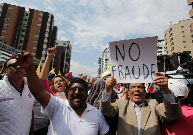 Los partidarios de la oposición protestan ante la sede del Consejo Electoral (CNE) para exigir un conteo más rápido y transparente de los votos, en Quito. REUTERS/Mariana Bazo