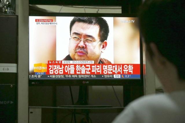 TEL03 PYEONGCHANG (COREA DEL SUR) 14/02/2017.- Un hombre mira un informativo de una televisión de Corea del Sur tras el asesinato del hermano mayor del líder norcoreano Kim Jong-un, Kim Jong-nam, en su casa en Pyeongchang, Corea del Sur, hoy, 14 de febrero de 2017. Kim Jong-nam, el hermano mayor del líder norcoreano Kim Jong-un, fue asesinado el lunes en Malasia, revelaron fuentes gubernamentales a los medios surcoreanos. Su muerte se produjo tras ser atacado con agujas envenenadas por dos mujeres en el aeropuerto internacional de Kuala Lumpur, según fuentes citadas por las la televisiones surcoreanas KBS y TV Chosun, que añadieron las sospechosas se dieron a la fuga y están siendo buscadas por la policía malasia. EFE/Jeon Heon-Kyun