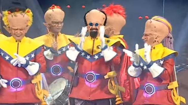 'Los del planeta rojo... pero rojo, rojo' en un momento de su actuación durante la final del concurso de agrupaciones carnavalescas de Cádiz (COAC) que se celebró en el Gran Teatro Falla en Cádiz, España