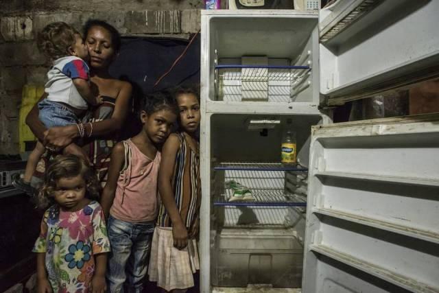 Leidy Córdova, de 37 años, con cuatro de sus cinco hijos, en su casa de Cumaná, Venezuela, en una imagen de junio del 2016. MERIDITH KOHUT NYT