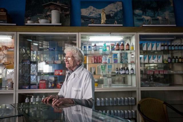 ACOMPAÑA CRÓNICA: VENEZUELA MEDICINAS - CAR004. CARACAS (VENEZUELA), 25/02/2017 - Fotografía del 24 de febrero de 2017, de María de Gorostiza, de 92 años, propietaria de una farmacia a la espera de clientes en Caracas (Venezuela). Casi tres semanas lleva una joven de 25 años buscando dos antibióticos para su hermana que padece de bronconeumonía y hasta ahora lo único que pudo conseguir, gracias a una donación, fue una caja incompleta de un medicamento que no es precisamente el que el médico le recetó. Venezuela vive una aguda crisis de desabastecimiento en materia de medicinas desde hace más de dos años y la situación no parece mejorar. Efe hizo un recorrido por unas 15 farmacias ubicadas tanto en el este como en el oeste de la capital venezolana y constató la ausencia de antibióticos, hipertensivos, anticoagulantes y otros. EFE/MIGUEL GUTIERREZ