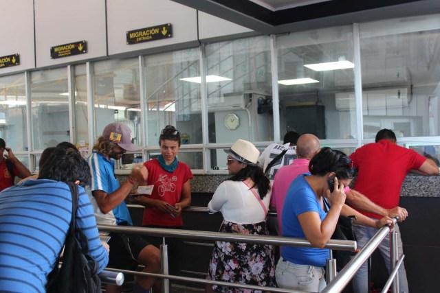 PA4001. PASO CANOAS (PANAMÁ), 2/3/2017.- Inmigrantes y turistas hacen fila para ingresar a Panamá hoy, jueves 2 de marzo de 2017, en el puesto fronterizo con Costa Rica de Paso Canoas. Unos 76 migrantes irregulares venezolanos que viven en Panamá y salieron a Costa Rica durante el asueto del Carnaval quedaron varados en la frontera porque las autoridades panameñas les impidieron su reingreso, informaron hoy a Efe fuentes oficiales. EFE/Marcelino Rosario