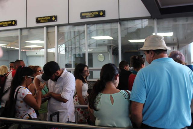 PAN02. PASO CANOAS (PANAMÁ), 2/3/2017.- Inmigrantes y turistas hacen fila para ingresar a Panamá hoy, jueves 2 de marzo de 2017, en el puesto fronterizo con Costa Rica de Paso Canoas. Unos 76 migrantes irregulares venezolanos que viven en Panamá y salieron a Costa Rica durante el asueto del Carnaval quedaron varados en la frontera porque las autoridades panameñas les impidieron su reingreso, informaron hoy a Efe fuentes oficiales. EFE/Marcelino Rosario