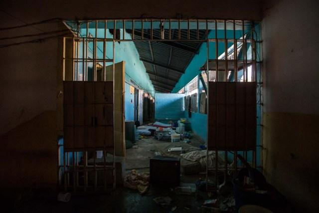 """ACOMPAÑA CRÓNICA:VENEZUELA CÁRCELES CAR01. SAN JUAN DE LOS MORROS (VENEZUELA), 17/02/2017.- Fotografía del 8 de febrero de 2017 de la Penitenciaría General de Venezuela, en San Juan de los Morros, estado Guárico (Venezuela). Las cárceles de Venezuela, durante décadas ciudades intramuros de violencia, armas, drogas y delito, son objeto de la transformación del """"nuevo sistema penitenciario"""", un régimen diseñado por el Gobierno socialista para la construcción """"del hombre nuevo"""". EFE/CRISTIAN HERNÁNDEZ"""