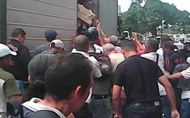 El camión fue saqueado mientras un grupo de militares era interpelado por un sargento retirado de la Guardia Nacional. (Foto: Archivo)