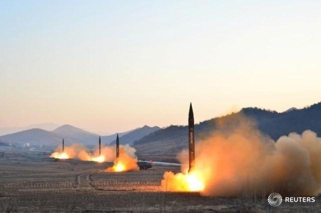 """Lanzamiento de misiles balísticos por parte de Corea del Norte en una imagen sin fechar hecha pública por la agencia oficial de noticias KCNA en Pyongyang. 7 marzo 2017. Corea del Norte se enfrentó el martes a una condena generalizada por sus últimas pruebas con misiles balísticos, pero declaró que las actuales maniobras militares conjuntas de Estados Unidos y Corea del Sur tienen como objetivo realizar un """"ataque nuclear preventivo"""" contra Pyongyang. KCNA/vía REUTERS"""
