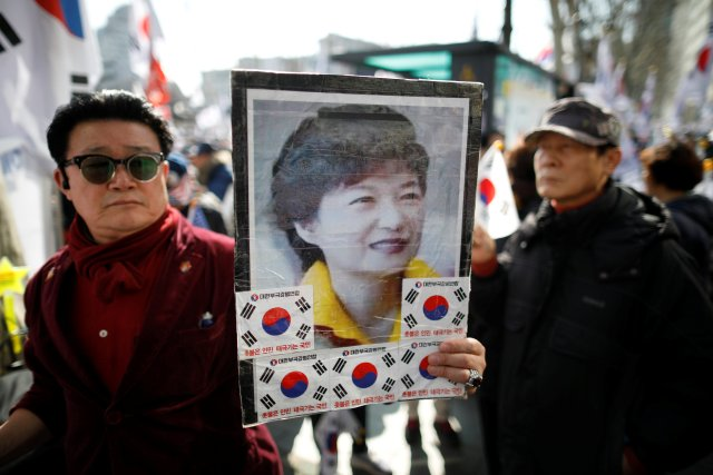 Supporters of South Korean President Park Geun-hye attend a protest before the Constitutional Court ruling on Park's impeachment near the Constitutional Court in Seoul, South Korea, March 10, 2017. REUTERS/Kim Hong-Ji TPX IMAGES OF THE DAY