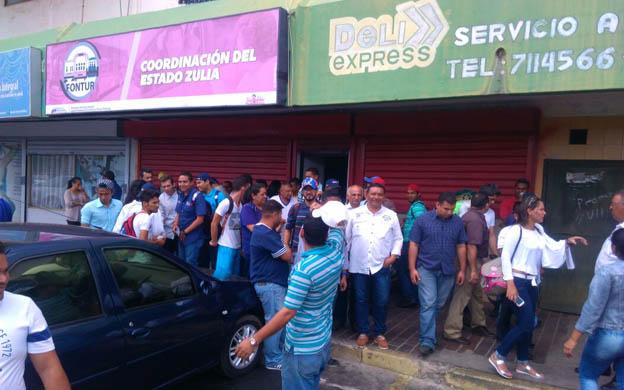 Foto: Estudiantes y representantes de transportistas acudieron a la sede de Fontur / La Verdad