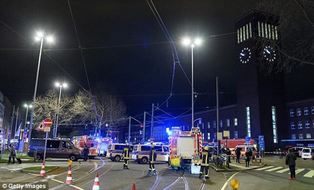 ataque-terrorista-hacha-trenes-13