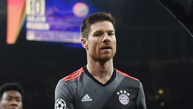 ARA27. LONDRES (REINO UNIDO), 07/03/2017.- El jugador del Bayern Múnich Robert Lewandowski (2d) celebra un gol con sus compañeros Arjen Robben (d) y Xavi Alonso (i) ante Arsenal hoy, martes 7 de marzo de 2017, durante un partido por los octavos de final de la Liga de Campeones de la UEFA, entre el Arsenal FC y el Bayern Munich, disputado en el estadio Emirates de Londres (Reino Unido). El Bayern ganó 5 - 1. EFE/ANDY RAIN