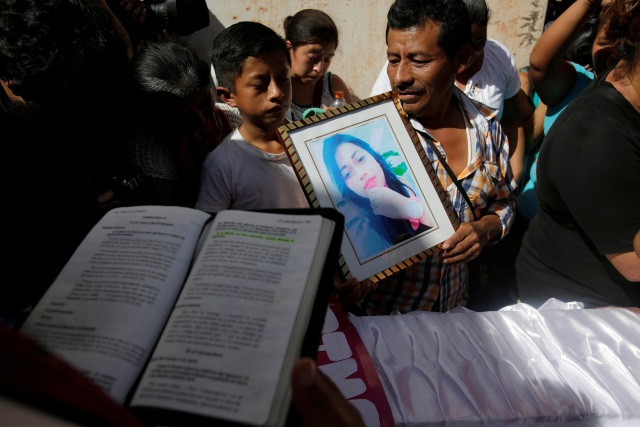 REFILE - CORRECTING LOCATIONFriends and family attend the funeral of Siona Hernandez, a victim of a fire at the Virgen de Asuncion children shelter, at the cemetery in Guatemala City, Guatemala, March 10, 2017. REUTERS/Saul Martinez
