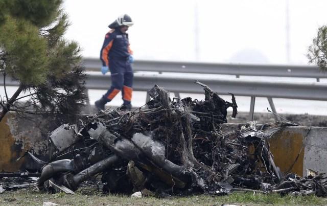 TUR15 ESTAMBUL (TURQUÍA) 10/03/2017.- Bomberos trabajan en el lugar donde han fallecido al menos cinco personas tras estrellarse un helicóptero en el distrito Büyükçekmece en Estambul (Turquía) hoy, 10 de marzo de 2017. EFE/Deniz Toprak