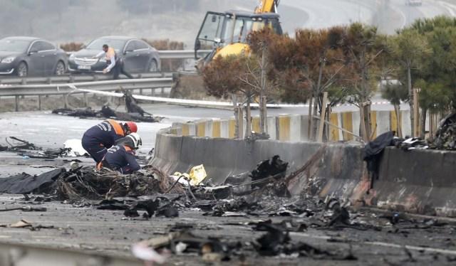 TUR16 ESTAMBUL (TURQUÍA) 10/03/2017.- Bomberos trabajan en el lugar donde han fallecido al menos cinco personas tras estrellarse un helicóptero en el distrito Büyükçekmece en Estambul (Turquía) hoy, 10 de marzo de 2017. EFE/Deniz Toprak