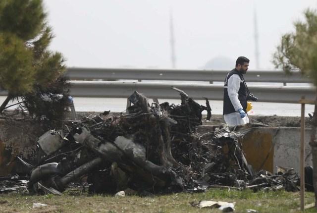 TUR18 ESTAMBUL (TURQUÍA) 10/03/2017.- Policías trabajan en el lugar donde han fallecido al menos cinco personas tras estrellarse un helicóptero en el distrito Büyükçekmece en Estambul (Turquía) hoy, 10 de marzo de 2017. EFE/Deniz Toprak