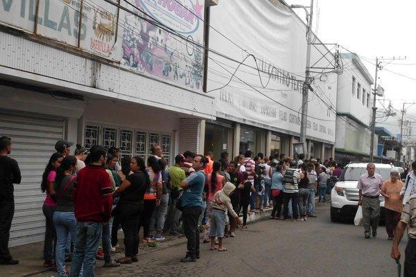Decenas de personas se aglomeraron a las puertas de los locales comerciales para tratar de comprar harina Pan. (Foto/JGH)
