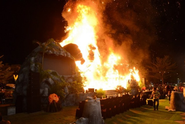 """This picture taken on March 9, 2017 shows a giant model of King Kong going up in flames during the premiere of the """"Kong: Skull Island"""" in Ho Chi Minh City. Film buffs with the hottest ticket in town were left running for safety after a giant model of King Kong went up in flames at the sizzling Vietnam premiere of the rebooted horror classic. / AFP PHOTO / STR"""