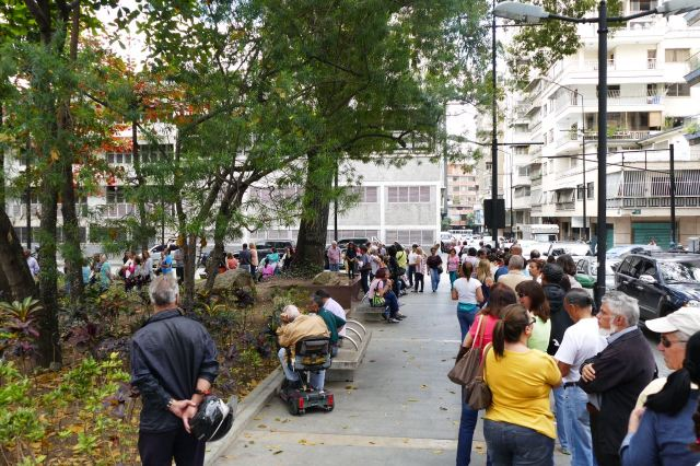 Venezolanos hacen cola para validar a Voluntad Popular en Chacao (Foto Román Camacho/Lapatilla.com)