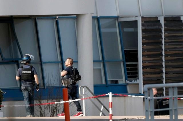Policía dentro de la escuela secundaria de Tocqueville después de un tiroteo en Grasse, Francia. 16 de marzo 2017. Al menos tres personas resultaron heridas en un tiroteo ocurrido en un colegio de la pequeña localidad de Grasse, en el sur de Francia, informó el Ministerio del Interior, y un estudiante de 17 años que portaba un rifle, pistolas y granadas fue arrestado, según fuentes policiales.REUTERS/Eric Gaillard