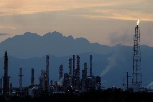 La refinería de Pemex es vista en Cadereyta, México. 20 de diciembre 2016. Los países latinoamericanos son cada vez más dependientes de las  costosas importaciones de combustible, en medio de problemáticos esfuerzos para impulsar la producción petrolera a nivel doméstico y ampliar su capacidad de refinación. REUTERS/Daniel Becerril - RTX2W3P4