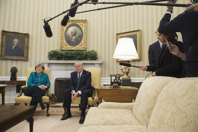 US President Donald Trump and German Chancellor Angela Merkel meet in the Oval Office of the White House in Washington, DC, on March 17, 2017. / AFP PHOTO / SAUL LOEB