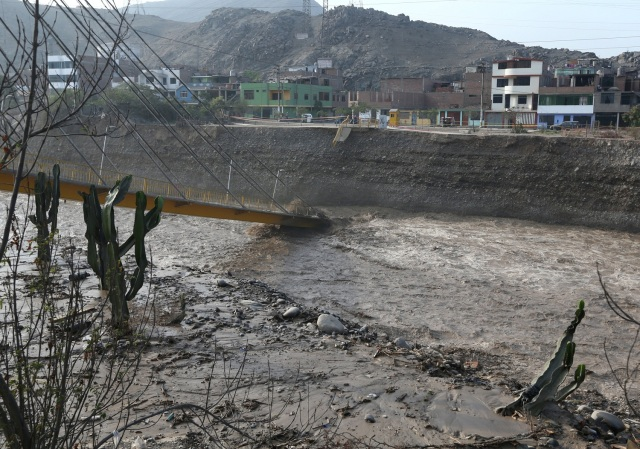 REFILE - CORRECTING NAME OF THE RIVER A collapsed bridge is seen after the Huaycoloro river overflooded its banks sending torrents of mud and water rushing through the streets in Huachipa, Peru, March 17, 2017. REUTERS/Guadalupe Pardo