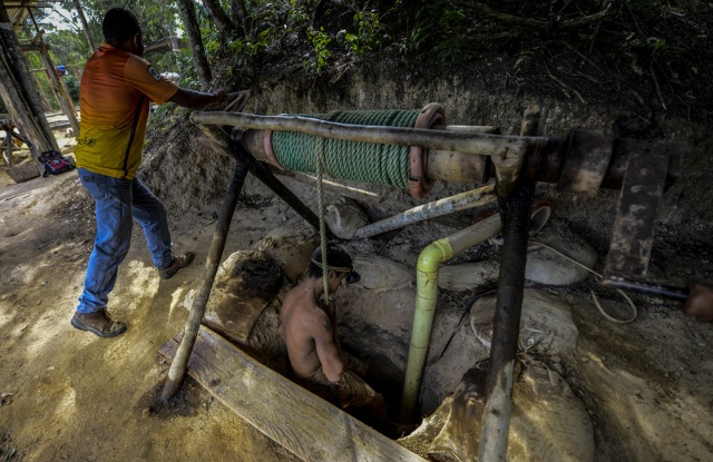Ender Moreno descends into La Culebra underground gold mine in El Callao, Bolivar state, southeastern Venezuela on March 1, 2017. Although life in the mines of eastern Venezuela is hard and dangerous, tens of thousands from all over the country head for the mines daily in overcrowded trucks, pushed by the rise in gold prices and by the severe economic crisis affecting the country, aggravated recently by the drop in oil prices. / AFP PHOTO / JUAN BARRETO