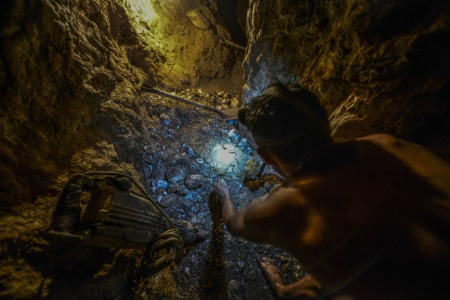 Ender Moreno looks for gold at La Culebra gold mine in El Callao, Bolivar state, southeastern Venezuela on March 1, 2017. Although life in the mines of eastern Venezuela is hard and dangerous, tens of thousands from all over the country head for the mines daily in overcrowded trucks, pushed by the rise in gold prices and by the severe economic crisis affecting the country, aggravated recently by the drop in oil prices. / AFP PHOTO / JUAN BARRETO