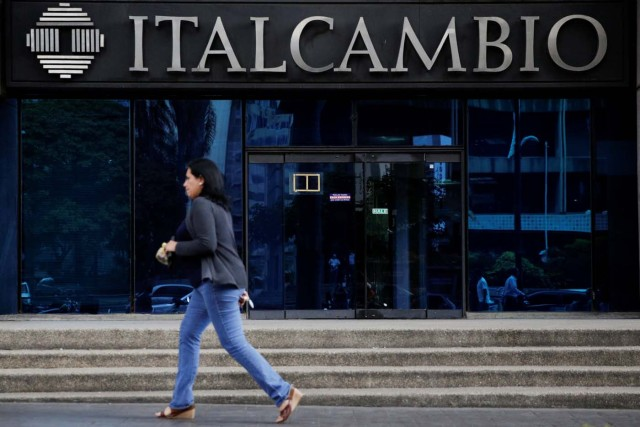 A woman walks past a branch of Italcambio currency exchange in Caracas, Venezuela February 14, 2017. Picture taken February 14, 2017. REUTERS/Marco Bello To match Exclusive VENEZUELA-BANKS/