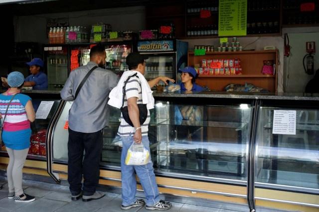 People buy bread at a bakery in Caracas, Venezuela March 17, 2017. REUTERS/Marco Bello